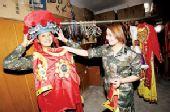 南疆文工团三女兵撑一台晚会 一分钟可换演出服