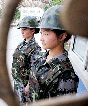 南疆文工团三女兵撑一台晚会 一分钟可换演出