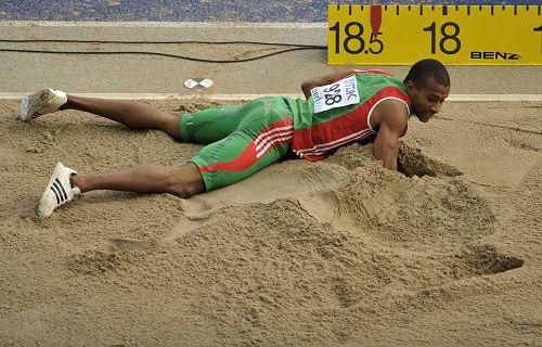 三级跳沙坑_图文:世锦赛男子三级跳决赛 埃沃拉趴在沙坑里