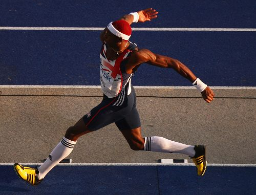 三级跳�_图文:世锦赛男子三级跳决赛 艾杜乌跨大步跑动