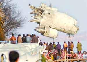 2004年11月21日,东航云南分公司一架客机在包头机场附近坠毁。图为飞机引擎残骸被打捞出水。(资料图片,CFP发)
