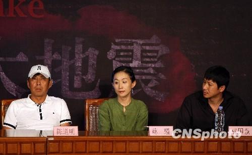 7月28日,冯小刚首次携电影《唐山大地震》主创公开亮相唐山