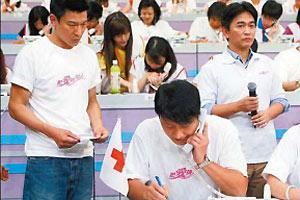 香港媒体直指,黎明不满华仔在这次活动中大出风头。