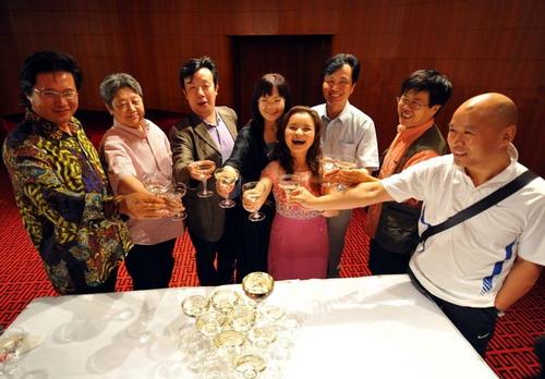 《西施》主演主创香槟酒庆祝