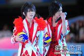 组图:美少男组合女排大奖赛献唱 歌迷狂热追捧