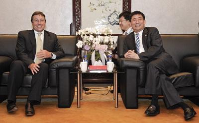 上海市政府副秘书长、上海世博局局长洪浩会见联合国副秘书长兼环境规划署执行主任Achim Steiner