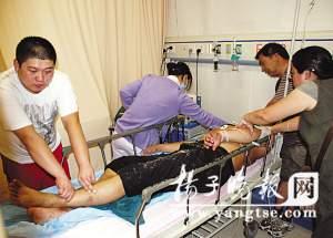 敌畏男子被送进医院抢救.曹卢杰 摄-父亲因儿子不听话服毒自杀