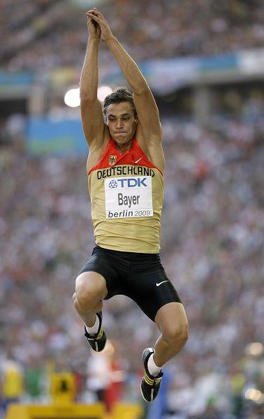 图文:男子跳远资格赛赛况 拜尔纵身一跃