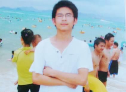 朱斌留下了大概一百多张照片。大多数照片中,戴着近视眼镜的他显得阳光、文气,但很少能看到笑容。
