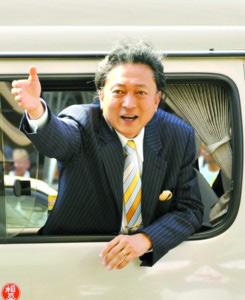18日,大阪,日本民主党党首鸠山由纪夫在竞选集会上向支持者挥手。