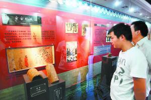 宦官历史陈列馆共有5个展室,面积500多平方米,从太监的来源、阉割、角色、太监机构到太监的信仰、养老和墓葬,完整展示了我国几千年来的宦官历史。 本报记者 吴镝摄
