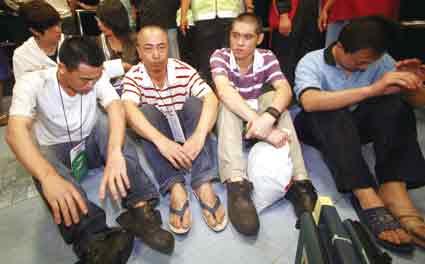 获救的中国船员供图/马来西亚