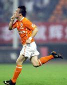 图文:[中超]山东VS上海 王永珀庆祝进球