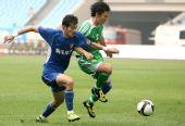 图文:[中超]江苏1-0北京 谭斯周挺对抗