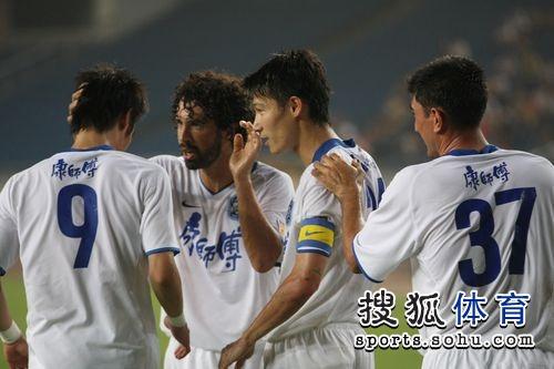 图文:[中超]重庆0-6天津 托马西和队友庆祝