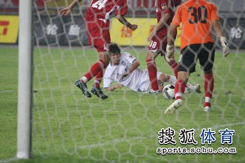 图文:[中超]重庆0-6天津 门前一片混战