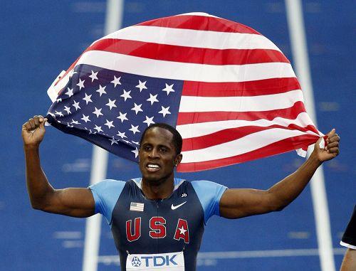 图文:世锦赛男子跳远决赛 菲利普斯挥旗庆祝