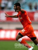 图文:[中超]青岛2-1长沙 侯赛因飞奔庆祝