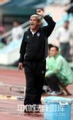 图文:[中超]青岛2-1长沙 桑尼指挥比赛