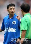 图文:[中超]青岛2-1长沙 裁判警告汪强