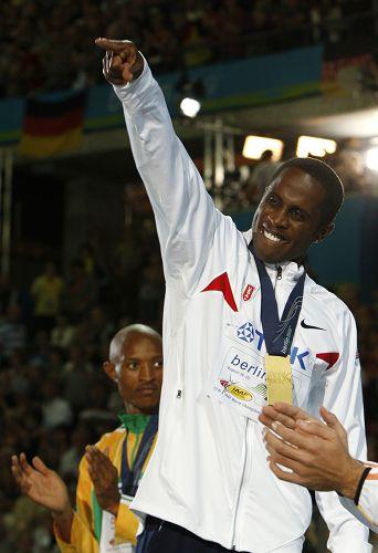 图文:世锦赛男子跳远决赛 冠军在颁奖台上