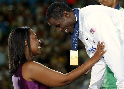 图文:世锦赛男子跳远决赛 欧文斯的女儿颁奖