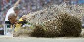 图文:世锦赛男子跳远决赛 溅起一排沙墙