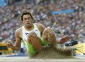 图文:世锦赛男子跳远决赛 落地时表情搞笑
