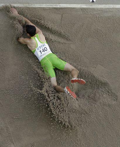 图文:世锦赛男子跳远决赛 趴在沙坑搞笑无比