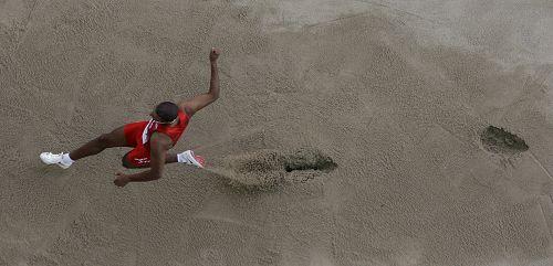 图文:世锦赛男子跳远决赛 选手失误跑过沙坑