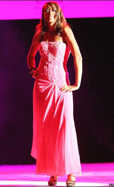 图文:英格兰小姐性感写真 克里斯蒂红裙靓丽