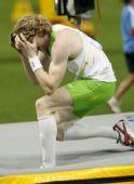 图文:世锦赛男子撑竿跳高决赛 胡克抱头下场