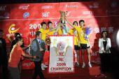 图文:宁波3-1浙商夺冠 马龙和队友举起冠军