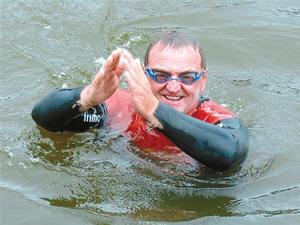 在亚马逊河中游泳