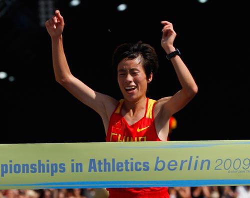 白雪撞线瞬间,是她创造了中国女子马拉松历史
