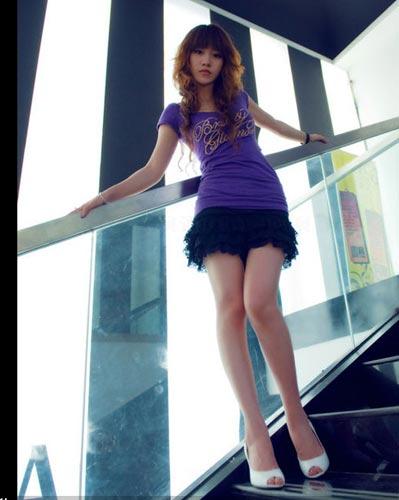 图文:台球宝贝琳琳写真 展示修长美腿