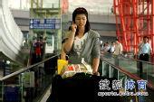 图文:中国女排抵达北京 徐云丽打电话