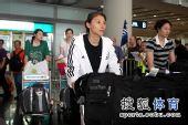 图文:中国女排抵达北京 李娟一袭白衣
