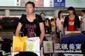 图文:中国女排抵达北京 楚金玲推行李车