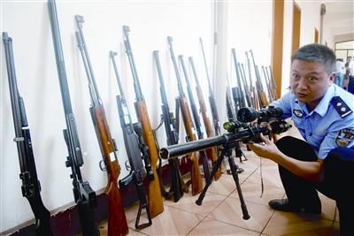 """这些枪支都是""""地下兵工厂""""造出来的 通讯员 谢翔 摄"""