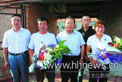 齐齐哈尔市市长刘刚看望白雪父母