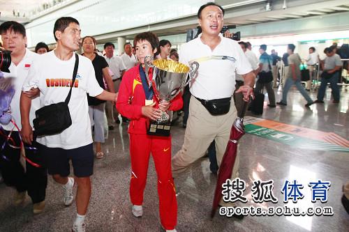 图文:中国田径队凯旋抵京 护驾实际赛冠军