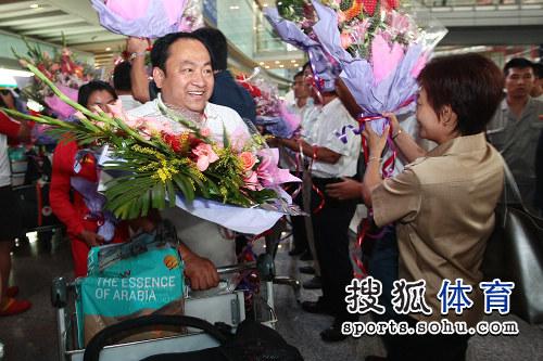 图文:中国田径队凯旋抵京 沉浸在鲜花的海洋