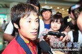 图文:中国田径队凯旋抵京 白雪接受采访