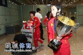 图文:中国田径队凯旋抵京 白雪独自捧奖杯