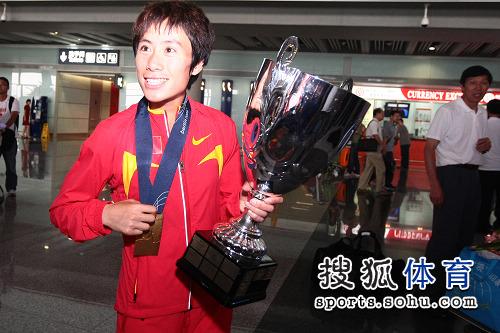图文:中国田径队凯旋抵京 紧握沉甸甸金牌
