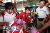 图文:中国田径队凯旋抵京 紧盯美丽鲜花