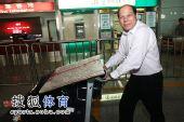 图文:中国田径队凯旋抵京 罗超毅推重重行李