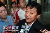图文:中国田径队凯旋抵京 解答记者疑问