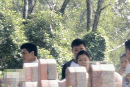华仔与朱丽倩(左一、右后一)十分有默契地保持距离,两人拜祭完便一起登车离去。